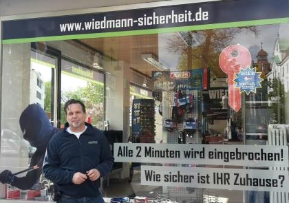 Markus Wiedmann vor dem Laden in Augsburg